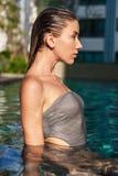 vista laterale della giovane donna bagnata attraente immagini stock libere da diritti