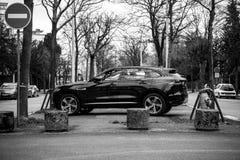 Vista laterale della jeep X tipa di lusso di Jaguar SUV in bianco e nero Fotografie Stock