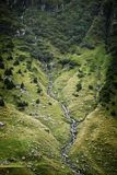 Vista laterale della montagna del fiume fotografia stock