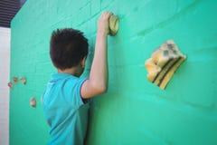 Vista laterale della parete rampicante del ragazzo Fotografie Stock Libere da Diritti