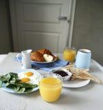 Vista laterale della prima colazione Routine di mattina fotografie stock libere da diritti