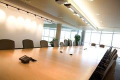 Vista laterale della sala del consiglio esecutiva in ufficio. immagini stock libere da diritti