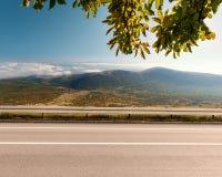 Vista laterale della strada principale vuota nella zona di montagna Fotografia Stock