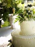 Vista laterale della torta di cerimonia nuziale della sorgente Fotografia Stock