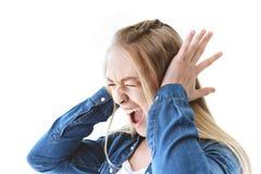 vista laterale delle orecchie di grido della copertura dell'adolescente immagine stock