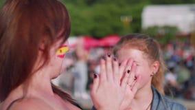 Vista laterale delle ragazze che sostengono gruppo spagnolo sulla zona del fan a Mosca stock footage
