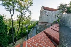 Vista laterale di Bratislava Castle Vista fortificazione/della parete laterale nell'ora legale Fotografie Stock
