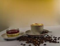 Vista laterale di caffè nero in una tazza bianca su un piattino Immagini Stock