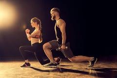 Vista laterale di giovane addestramento sportivo della donna e dell'uomo Fotografia Stock Libera da Diritti