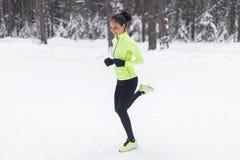 Vista laterale di giovane donna corrente sportiva attiva Fotografia Stock