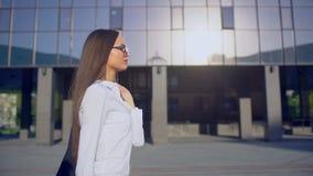 Vista laterale di giovane riuscita donna di affari o studente del femele, donna che porta la camicia bianca del vestito moderno e video d archivio