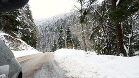 Vista laterale di guida di veicoli attraverso le montagne nell'inverno archivi video