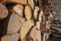 Vista laterale di legna da ardere impilata fotografie stock