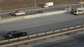 Vista laterale di traffico stradale di Mosca stock footage