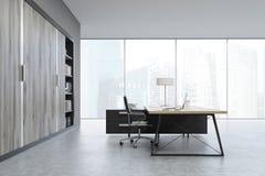 Vista laterale di un CEO ufficio con le porte di legno e uno scaffale Fotografie Stock