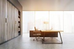 Vista laterale di un CEO ufficio con le porte di legno e uno scaffale, tono Fotografie Stock