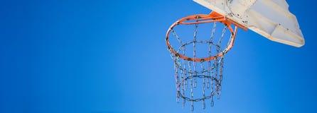 Vista laterale di un cerchio di pallacanestro del parco del gioco Fotografia Stock Libera da Diritti