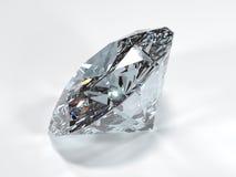 Vista laterale di un diamante brillante su un fondo bianco Immagine Stock Libera da Diritti