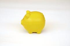 Vista laterale di un giocattolo giallo del maiale. Fotografia Stock