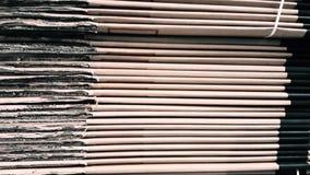 Vista laterale di un mucchio del cartone ondulato in una fabbrica stock footage