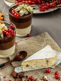 Vista laterale di un pezzo di formaggio blu su un insaccamento del recipiente immagine stock