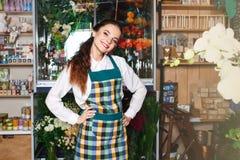 Vista laterale di un piccolo imprenditore del fiorista che controlla i suoi flovers freschi Fotografia Stock