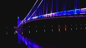 Vista laterale di un ponte pedonale moderno variopinto stock footage