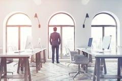 Vista laterale di un ufficio dello spazio aperto, uomo d'affari Immagine Stock