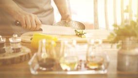 Vista laterale di un uomo che lavora in un ristorante che aggiunge un melograno e un condimento ad un'insalata di verdure fotografie stock libere da diritti
