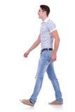 Vista laterale di un uomo di modo che cammina in avanti immagine stock libera da diritti