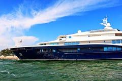 Vista laterale di un yacht Carinzia VII a Venezia, Italia Immagini Stock Libere da Diritti