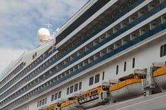 Vista laterale di una nave da crociera Fotografia Stock