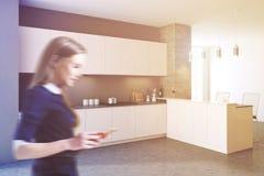 Vista laterale di una sfuocatura della cucina del nero del sottotetto Fotografia Stock Libera da Diritti
