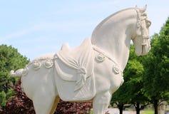 Vista laterale di una statua di pietra del cavallo di guerra nella regalia piena di manifestazione Fotografie Stock Libere da Diritti