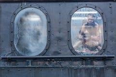Vista laterale di vecchia finestra di cabina del treno con una riflessione di due bambini fotografia stock libera da diritti