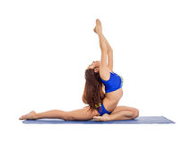 Vista laterale di yoga di pratica della bella ragazza Fotografia Stock