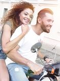 Vista laterale integrale della guida felice delle coppie sulla motocicletta retro fotografia stock
