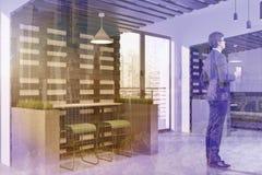Vista laterale interna del caffè di stile di Eco, uomo d'affari Fotografia Stock