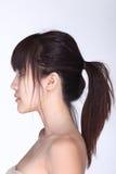 Vista laterale posteriore dei capelli neri asiatici della donna, studio che accende bianco Immagini Stock