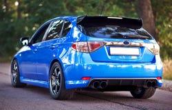 Vista laterale posteriore dell'automobile sportiva blu fotografie stock