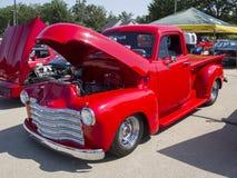 Vista laterale rossa di Chevy Antique Pick Up Truck immagini stock libere da diritti