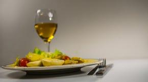 Vista laterale su insalata con le patate, i pomodori ciliegia e le uova, chip fotografie stock libere da diritti