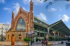 Vista laterale sulla costruzione del ferro dei due punti del mercato a Valencia, Spagna Fotografia Stock