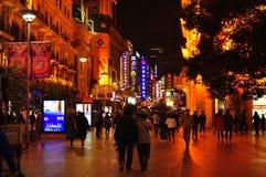 Vista leggera di notte della città della strada famosa di Nanchino a Shanghai Cina Immagini Stock Libere da Diritti