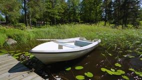 Vista lindo do barco de madeira vazio só estacionado no cais de madeira video estoque