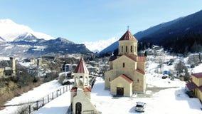 Vista lindo na vila medieval em Geórgia com as montanhas de surpresa no fundo, 4k filme