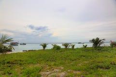 Vista lindo no Oceano Índico, Maldivas Alguns barcos na água azul e no céu azul com fundo das nuvens do branco Imagem de Stock Royalty Free