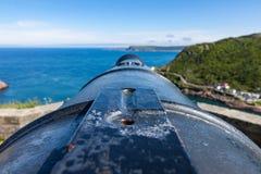 Vista a lo largo de un cañón hacia la lanza del océano y del cabo fotos de archivo libres de regalías