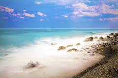 Vista longa da exposição do meio-dia bonito do beira-mar imagens de stock
