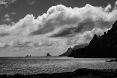 Vista lontana in bianco e nero sopra il mare con le rocce fotografia stock libera da diritti